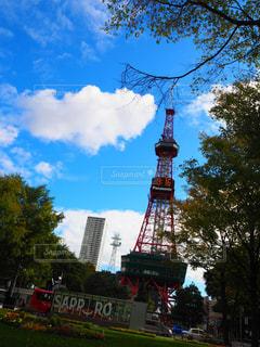 街にそびえる大きな時計塔の写真・画像素材[1108688]