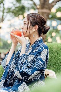 青いドレスを着た女性の写真・画像素材[2305342]