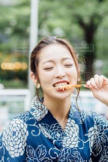 食べ物を食べている小さな女の子の写真・画像素材[2305358]