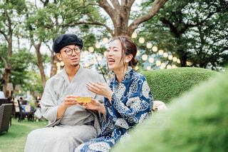 公園に座っている男女の写真・画像素材[2307740]