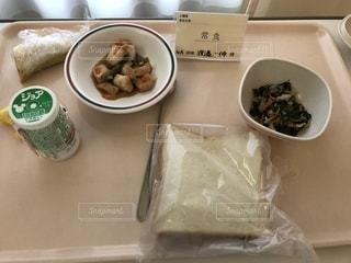 テーブルの上に食べ物のトレイの写真・画像素材[1172371]