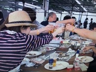食事のテーブルに座っている人々 のグループの写真・画像素材[1223232]