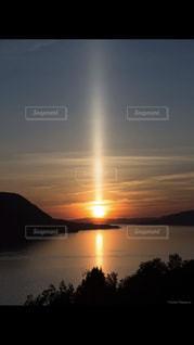 水の体に沈む夕日の写真・画像素材[1233704]