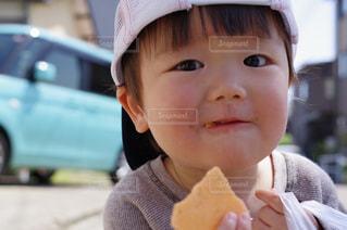 お菓子を食べる三男の写真・画像素材[1171645]