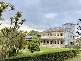 大きな白い建物の草や木 - No.1166805