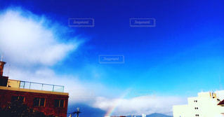 薄く浮かぶ虹と晴天の写真・画像素材[1115598]