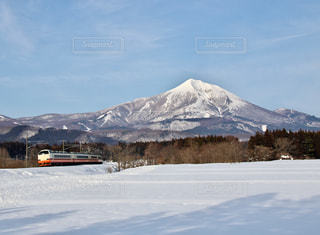 磐梯山の裾野を走り去るあいづ号の写真・画像素材[1657892]