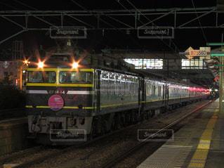 夜の喜多方駅に止まる大阪発トワイライトエクスプレス号の写真・画像素材[1680522]