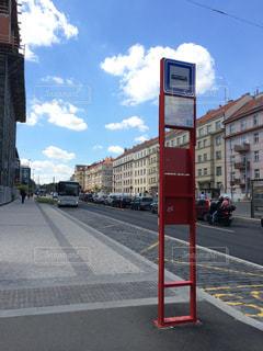 街の通りのバス停の写真・画像素材[1108766]