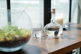 木製テーブルの上に座っているグラスワインの写真・画像素材[1280090]