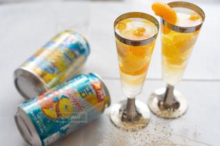 ボトルとテーブルの上のビールのグラスの写真・画像素材[1313418]