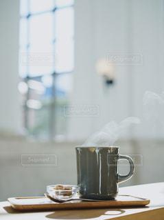 テーブルの上のコーヒー カップの写真・画像素材[1856311]