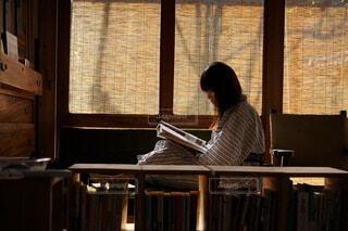 本を読んでいるところの写真・画像素材[3692102]