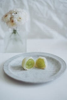 食べ物の皿をテーブルの上に置くの写真・画像素材[3735536]