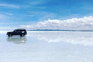 ウユニ塩湖とジープの写真・画像素材[1108600]