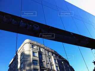 青空と建物の反射の写真・画像素材[1113327]