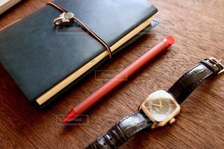 テーブルの上のスケジュール帳・ペン・腕時計の写真・画像素材[1146114]