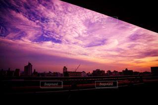 夕暮れ時の都市の景色の写真・画像素材[1300910]