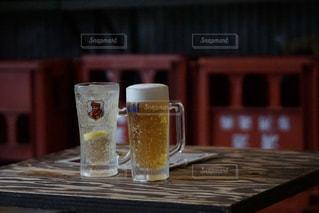 テーブル,グラス,ビール,カップ,乾杯,ドリンク,居酒屋,ジョッキ,ハイボール,ガード下,ジョッキグラス