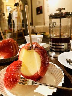 テーブルの上に食べ物のプレートの写真・画像素材[1883907]