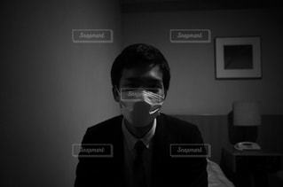 身に着けているスーツとネクタイは、鏡の前に立っている男の写真・画像素材[1111329]