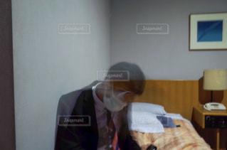 ベッドの上に座っている人の写真・画像素材[1111337]