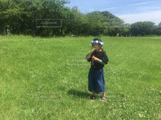 フィールドで野球バットを握る少年の写真・画像素材[1111847]
