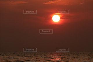海,夕日,屋外,雲,船,海岸,景色,癒し,旅行,気分転換,オレンジ色,夕空,無加工,夕雲,インスタ映え,多色