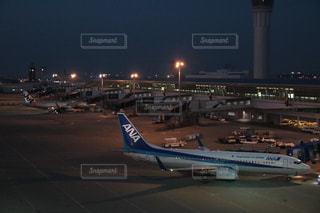 空港の滑走路の上に座って、飛行機の写真・画像素材[1688728]