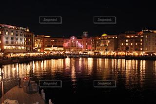 夜の空の都市と水の大きな体の写真・画像素材[1688739]