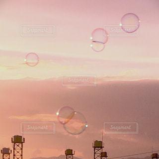 夕日とシャボン玉の写真・画像素材[1290864]