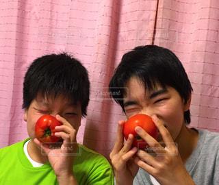 男性,食べ物,果物,トマト,人物,人,果実,食べる,男の子,兄弟,自宅,フォトジェニック,年子
