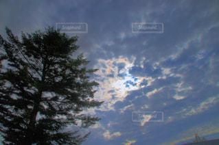 雲の隙間から見える青空の写真・画像素材[1115307]