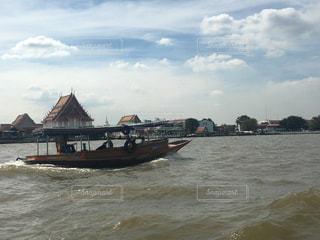 水の体の小さなボートの写真・画像素材[1113282]