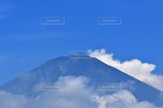 聳え立つ山の写真・画像素材[1113489]