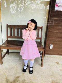 ベンチに座っている少女の写真・画像素材[1120844]