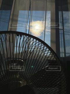 日の出と扇風機の写真・画像素材[4688020]