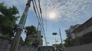 夏,街並み,太陽,雲,晴れ,日差し,走る,見上げる,電柱,電線,信号,路地,快晴,サマー,真夏,陰影,猛暑,動画,夏日,流れる,対向車,主観