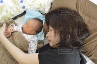 赤ちゃんのベッドの上で横になっています。の写真・画像素材[1193720]