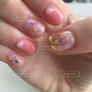 ピンクの押し花ネイルの写真・画像素材[1484830]