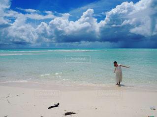 自然,風景,海,空,絶景,屋外,海外,世界の絶景,ワンピース,白,ビーチ,雲,きれい,晴れ,青,砂浜,水面,海岸,景色,旅行,ブルー,シャツ,ニューカレドニア,天国に一番近い島,海外旅行,グラデーション,開放感,ターコイズブルー,日中,白い砂浜,フォトジェニック,ウベア,ウベア島