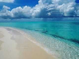 海,海外,世界の絶景,ビーチ,きれい,晴れ,青,水,透明,砂浜,波,水面,海岸,観光,旅行,ブルー,ニューカレドニア,グラデーション,ターコイズブルー,ウベア,ウベア島,ムリビーチ
