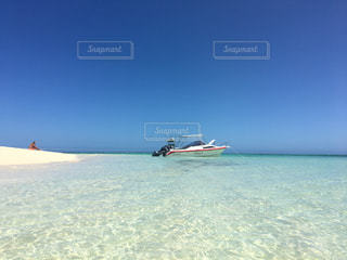 海,夏,海外,世界の絶景,ビーチ,きれい,晴れ,青,透明,砂浜,船,水面,海岸,観光,旅行,ブルー,バカンス,ニューカレドニア,海外旅行,無人島,秘境,グラデーション,ターコイズブルー,小島,フォトジェニック,ラレニア島