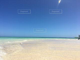 海,海外,世界の絶景,ビーチ,きれい,晴れ,青,透明,砂浜,船,水面,海岸,観光,旅行,バカンス,ニューカレドニア,エメラルドグリーン,海外旅行,無人島,秘境,小島,ラレニア島