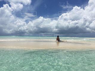 男性,海,世界の絶景,ビーチ,きれい,晴れ,島,青,後ろ姿,透明,砂浜,水面,ブルー,バカンス,ニューカレドニア,天国に一番近い島,秘境,グラデーション,浅瀬,小島,フォトジェニック,ウベア,ウベア島