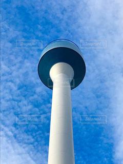 大きな白い建物と青い曇り空 - No.1116760