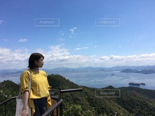 山の前に立っている人の写真・画像素材[1117478]