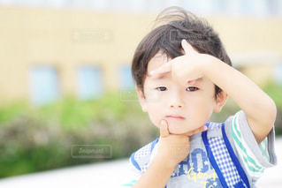 近くに少年のの写真・画像素材[1260905]