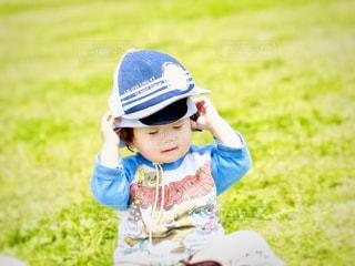 フィールドで野球バットを握る少年の写真・画像素材[1260922]