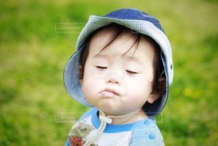 近くに帽子をかぶっている子のアップの写真・画像素材[1260998]